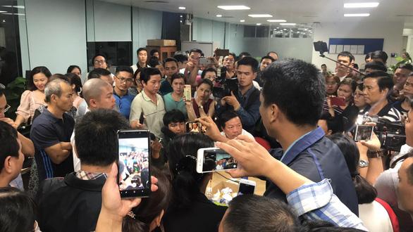 Trong đêm, hàng trăm người vây công ty bất động sản ở Đà Nẵng đòi quyền lợi 2