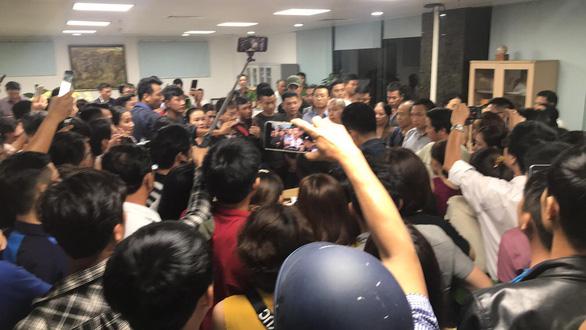 Trong đêm, hàng trăm người vây công ty bất động sản ở Đà Nẵng đòi quyền lợi 1